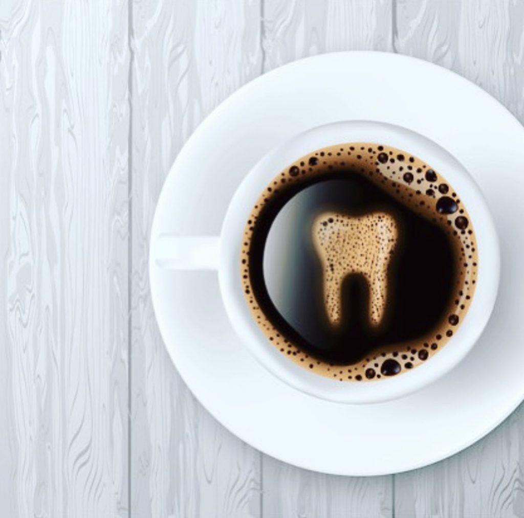Beber café y conservar los Dientes Blancos
